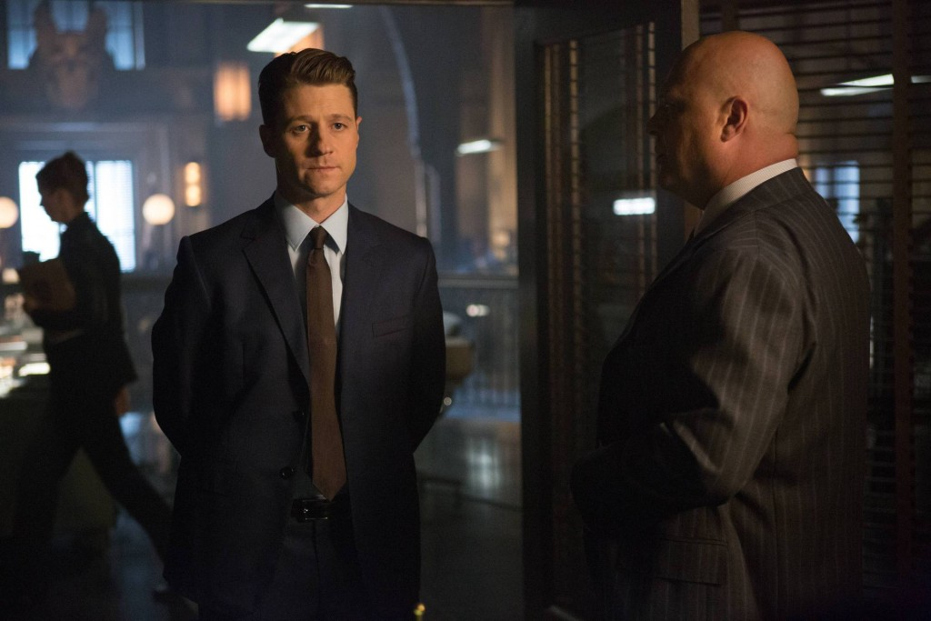 GOTHAM: L-R: Benjamin McKenzie and Michael Chiklis in the ÒRise of the Villains: By FireÓ episode of GOTHAM airing Monday, Oct. 26 (8:00-9:00 PM ET/PT) on FOX. ©2015 Fox Broadcasting Co. Cr: Jessica Miglio/ FOX.